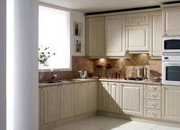 угловой гарнитур на кухне с рабочей зоной у окна