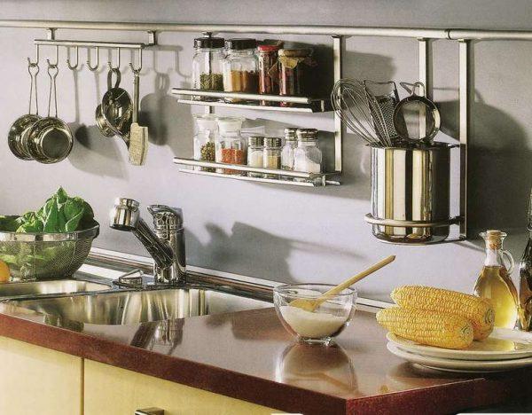 рейлинг на угловой кухне для малогабаритной кухни