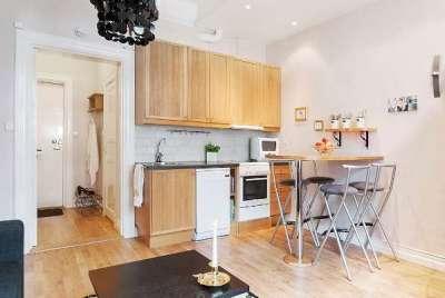 столик у стены на кухне совмещённой с гостиной