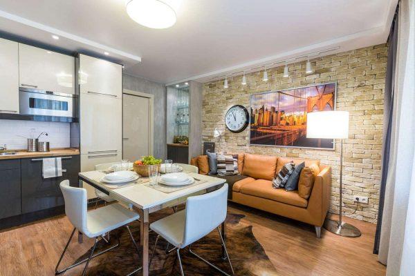 кирпичная стена на просторной кухне с диваном