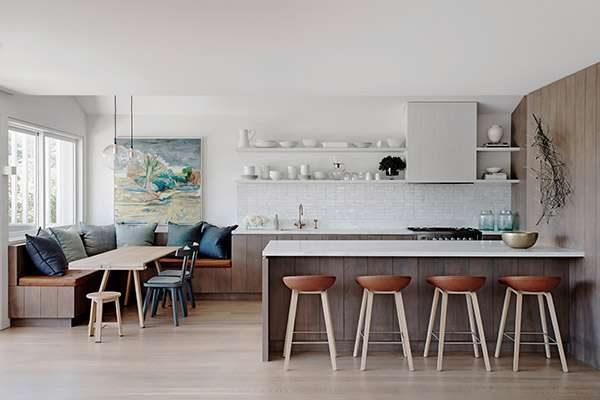 интерьер кухни столовой с островом и диваном