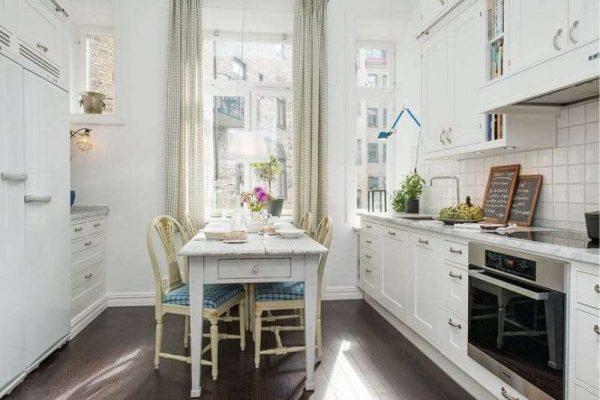 интерьер параллельного размещения кухни столовой