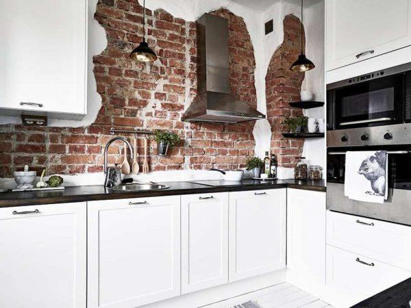 кирпичная кладка на белой кухне