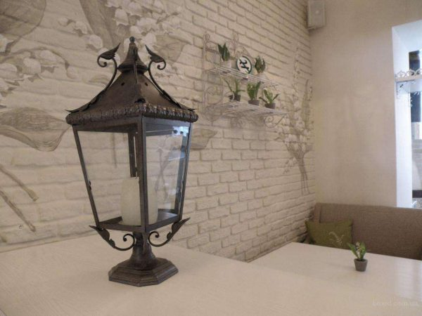 декор прованс на фоне кирпичной стены