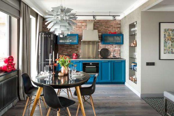 стильная голубая кухня с кирпичной стеной