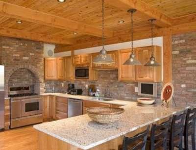 деревянная кухня с кирпичными стенами