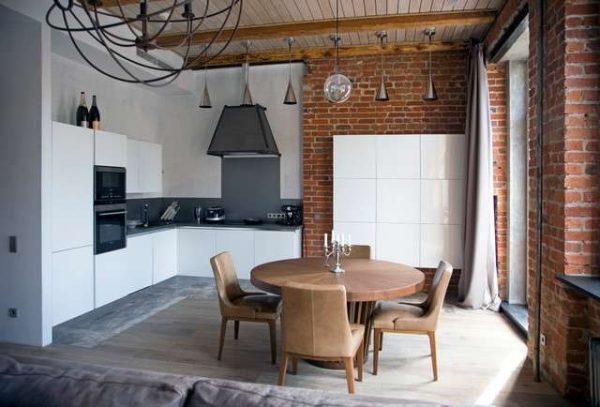 белая кухня с кирпичной стеной