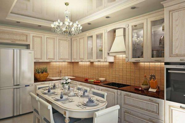 интерьер классической кухни с обеденным столом