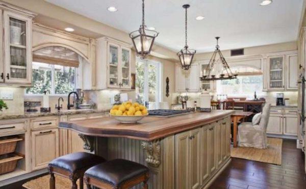 светильники в интерьере светлой кухни в классическом стиле