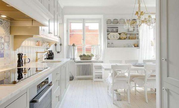 открытая полка в интерьере белой кухни в классическом стиле