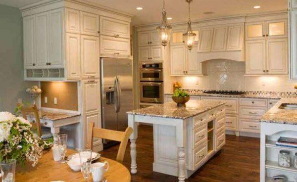 светлая кухня в классическом стиле с островным столом