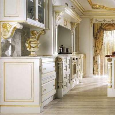 светлая кухня в классическом стиле с золотым патированием