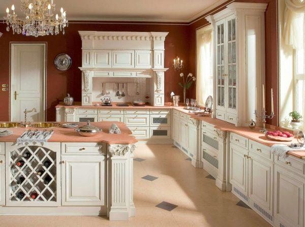 коричневые стены в интерьере светлой кухни в классическом стиле