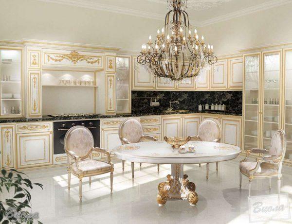 светлая кухня в классическом стиле с хрустальной люстрой