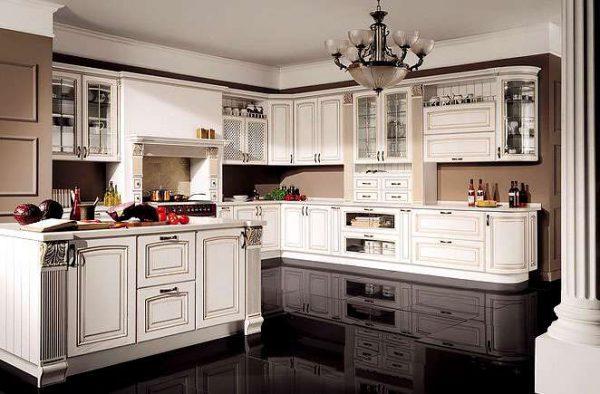островной стол в интерьере светлой кухни в классическом стиле