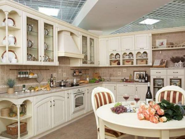 открытые полки в интерьере светлой кухни в классическом стиле