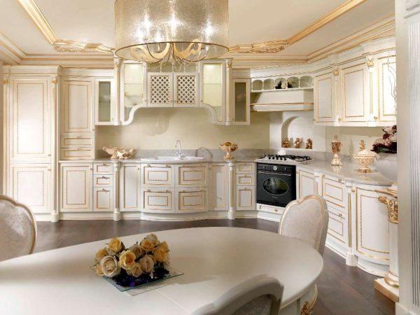 интерьер классической кухни с позолотой