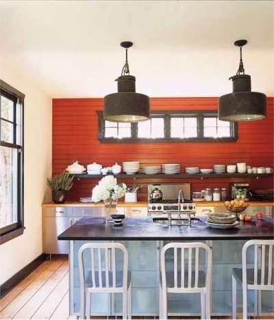 красная стена из ламелей в интерьере кухни