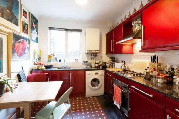 красный угловой гарнитур в интерьере кухни