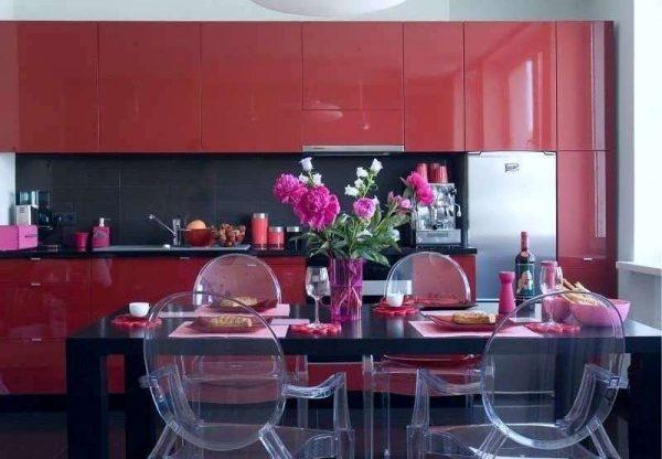 красный гарнитур с глянцевыми фасадами