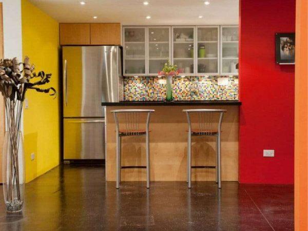 красная стена в интерьере кухни