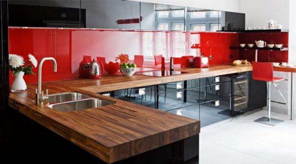 красный фартук в интерьере кухни