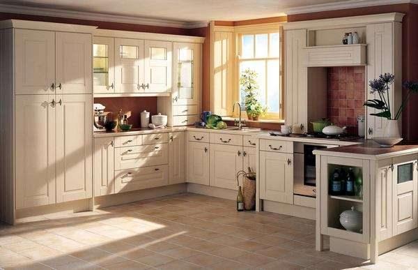 П образная кухня из мебельных щитов светлая