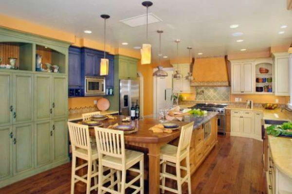 кухня в стиле прованс с деревянными полами