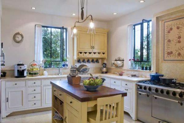 кухня в стиле прованс с белыми стенами