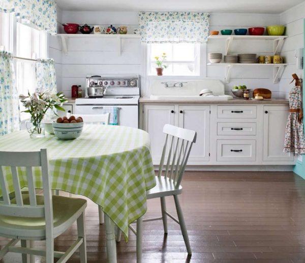 белая кухня в стиле прованс с занавесками