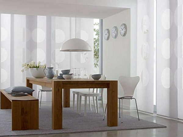 на окне кухни шторы в стиле минимализм
