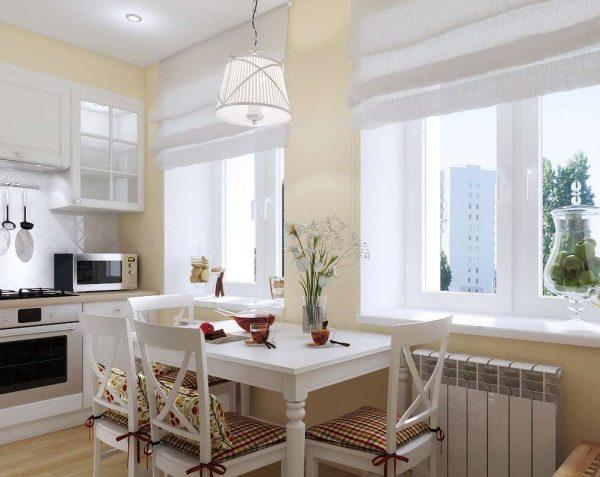 обеденный стол между окнами на кухне
