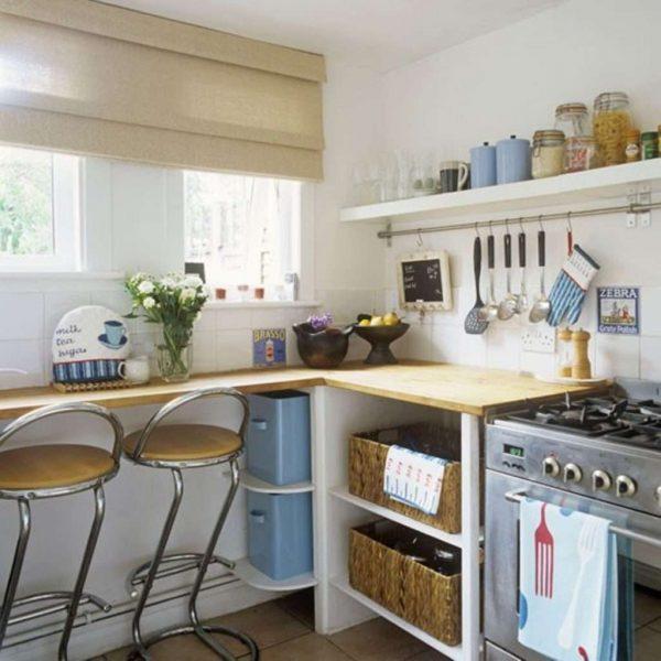 барная стойка у окна кухни с высоким подоконником