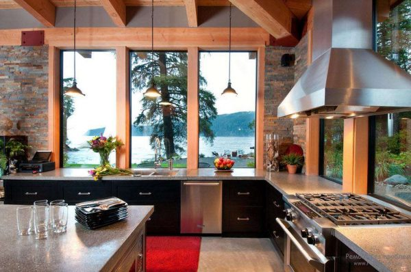 Дизайн кухни с окнами на двух стенах