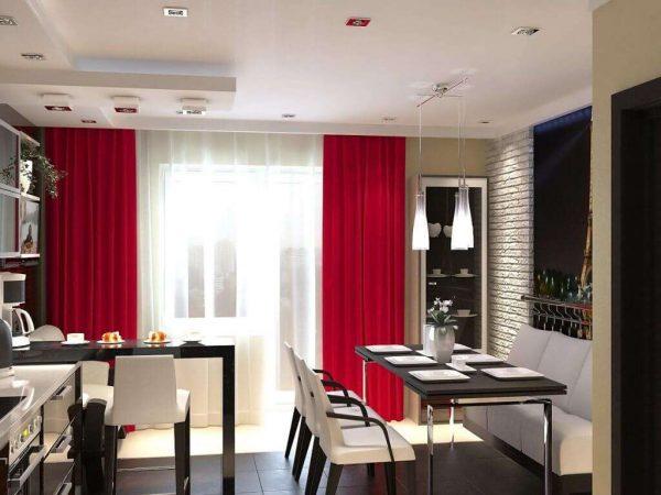 алые шторы с гардиной на окне кухни