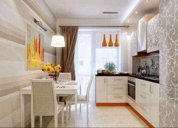 кремовые прямые шторы на окне кухни