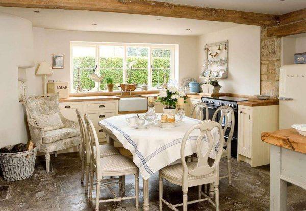 окно без штор на кухне в доме