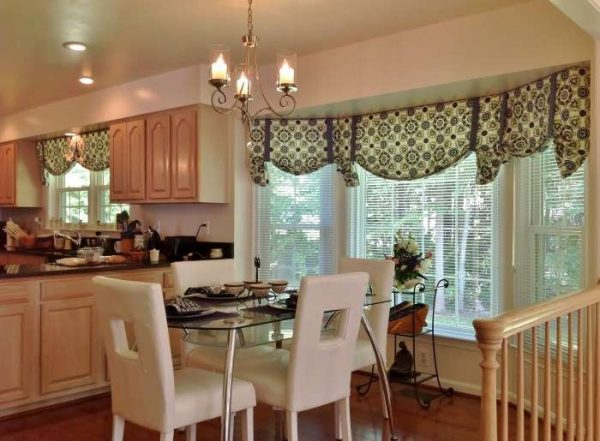 эркер со шторами на кухне