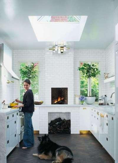 современная белая кухня в доме