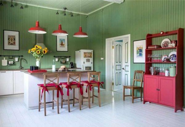 яркий дизайн кухни в частном доме