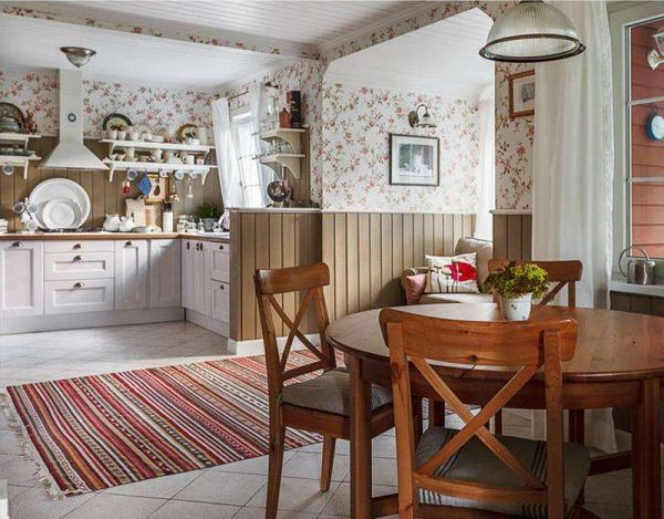кухня прованс с обоями в частном доме