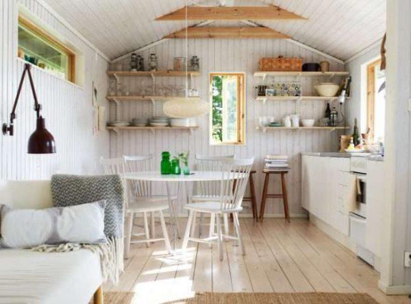 интерьер кухни в деревянном доме с полами из дерева