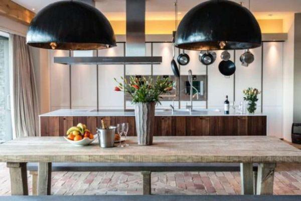 оформление стола на кухне в деревянном доме