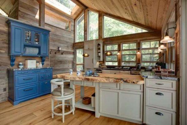 интерьер сине-голубой кухни в деревянном доме