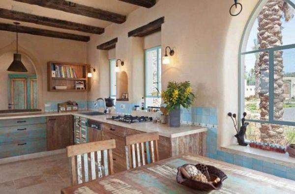 состаренная мебель на кухне в деревянном доме
