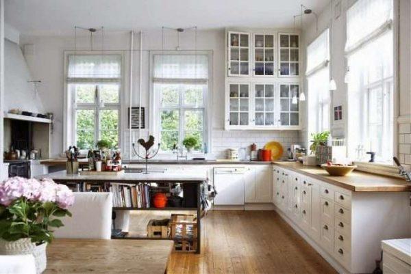 в деревянном доме угловая кухня светлая