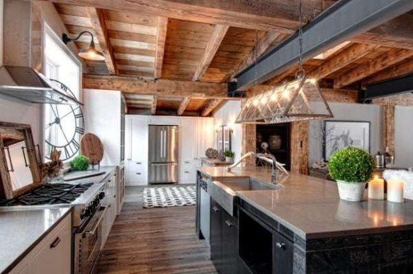 деревянный потолок с балками на кухне