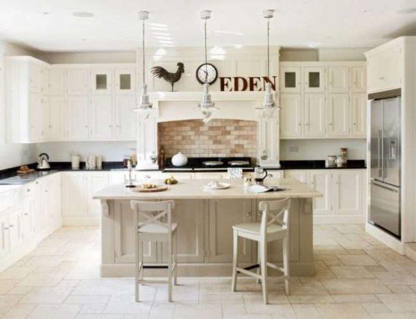 остров на кухне в деревянном доме