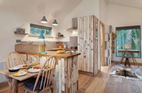 кухня в деревянном доме со стенами из гипсокартона