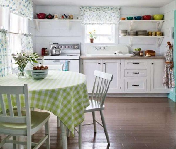 светлая кухня в деревянном доме